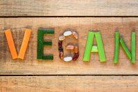 Cibi vegan, come riconoscere quelli falsi. Attenzione allo zucchero e al colorante rosso