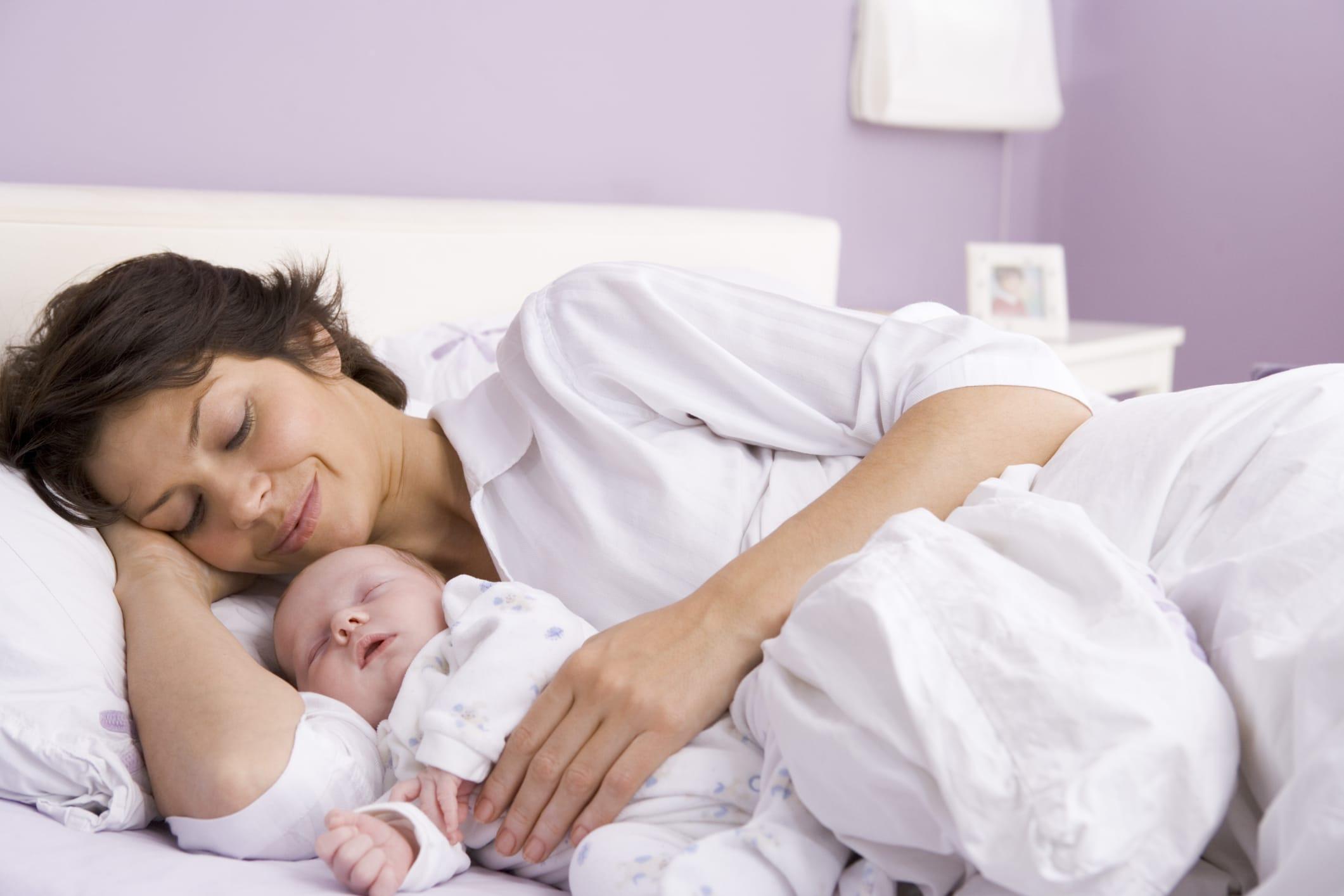 Dormire nel lettone con i genitori: ecco i benefici, ma non oltre i tre anni