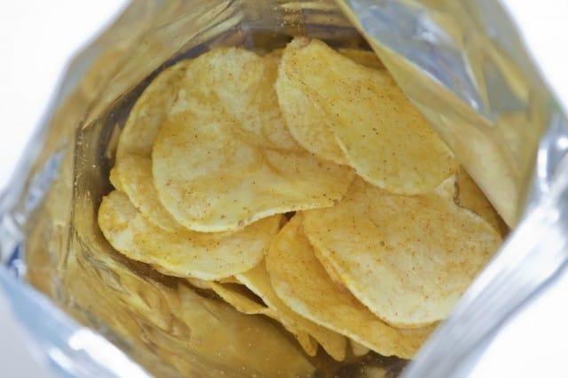 Buste delle patatine, così diventano vestiti e collane. Ma anche copertine per i libri (foto)