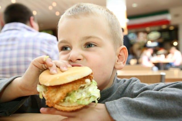 Le malattie che i bambini rischiano con gli eccessi del cibo-spazzatura
