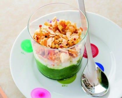 Ricette per aperitivi fatti in casa: la mousse di broccolo con straccetti di mozzarella e briciole di mandorle
