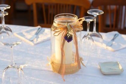 Portacandele fai da te con bottiglie di vetro, per arredare la casa con il riciclo creativo