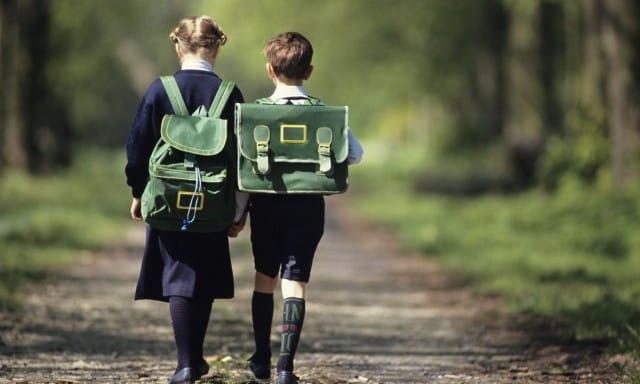 In Italia a scuola si entra e si esce solo con i genitori. Ameno fino alla terza media