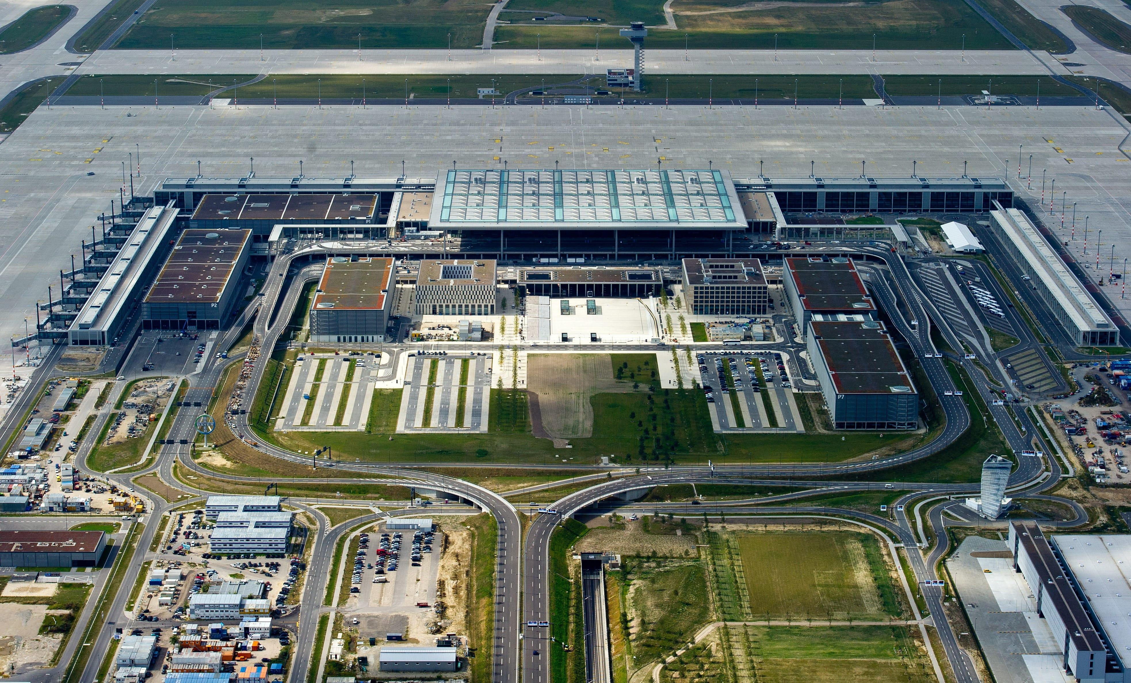 Aeroporto Berlino : Berlino luci dell aeroporto sempre accese sprecati