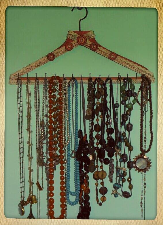 Come riutilizzare le grucce tante idee e consigli foto - Porta collane da armadio ...