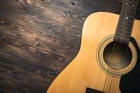 Vecchie chitarre da riciclare? Possono diventare anche delle mini-librerie (foto)