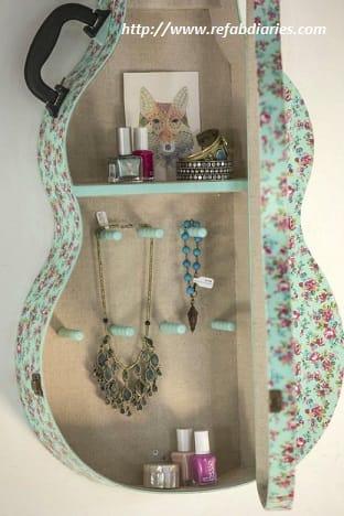 riciclo-creativo-come-trasformare-la-vecchia-chitarra-in-una-libreria-e-i-plettri-in-orecchini (3)