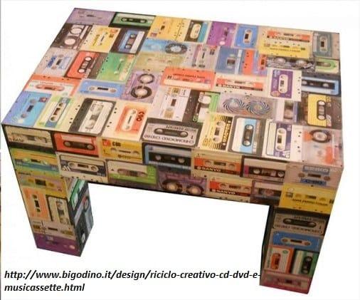 riciclo-creativo-le-vecchie-musicassette-diventano-sedie-borse-e-portaoggetti (1)