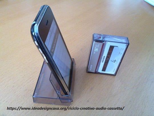 riciclo-creativo-le-vecchie-musicassette-diventano-sedie-borse-e-portaoggetti (2)