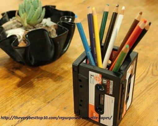 riciclo-creativo-le-vecchie-musicassette-diventano-sedie-borse-e-portaoggetti (6)