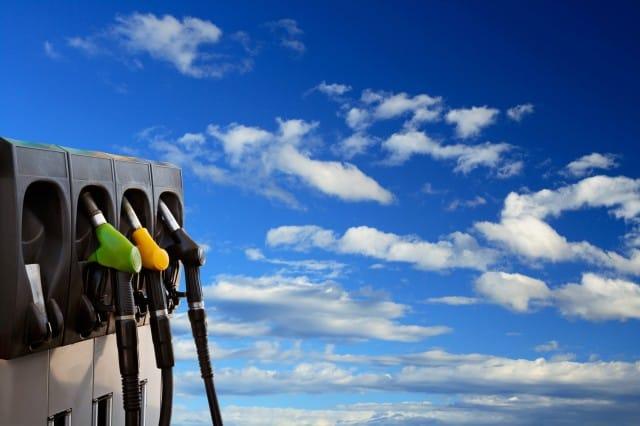 Come risparmiare benzina in macchina: 10 trucchi e consigli molto semplici