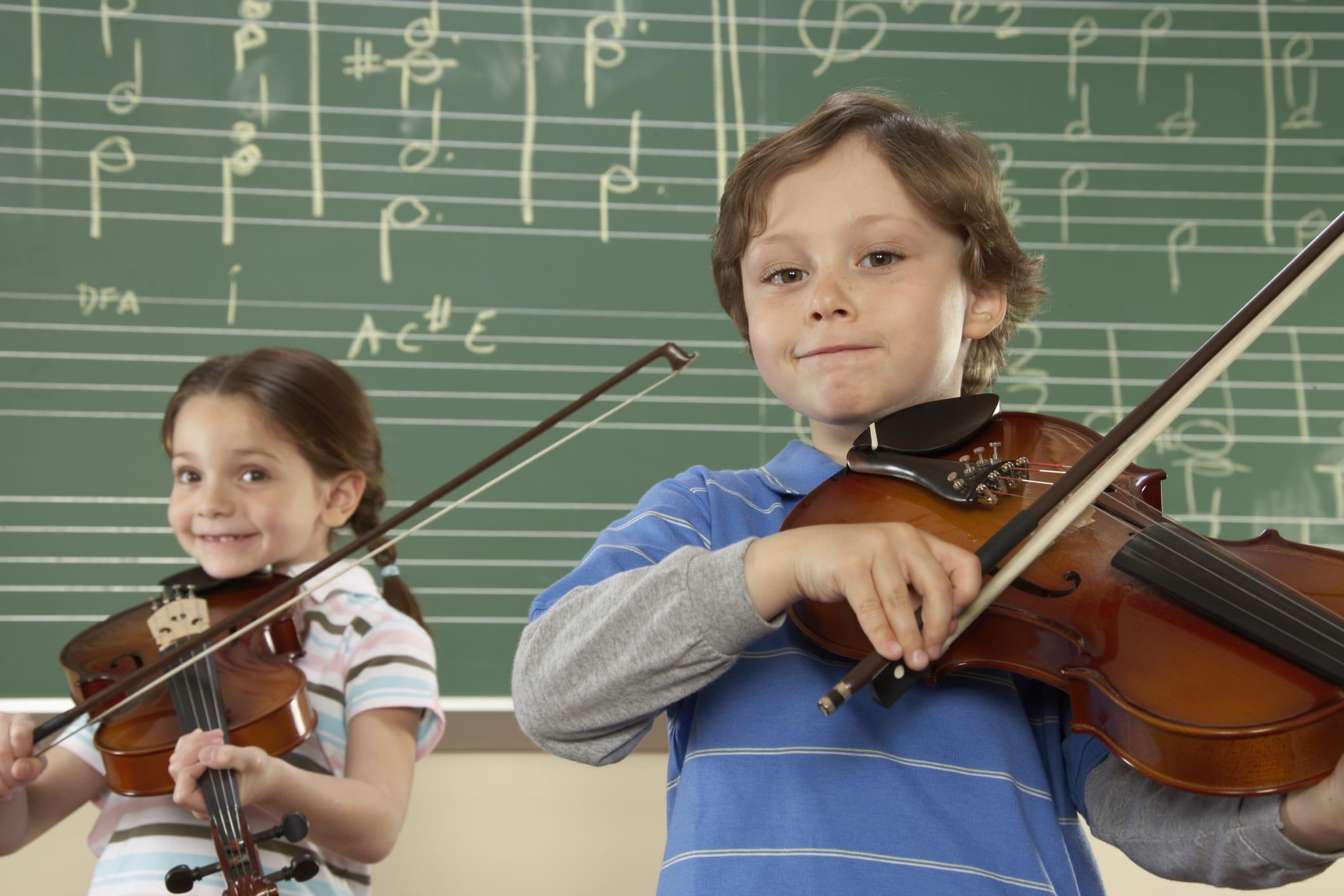 Bambini strumenti musicali: studiare musica da piccoli favorisce lo sviluppo del cervello