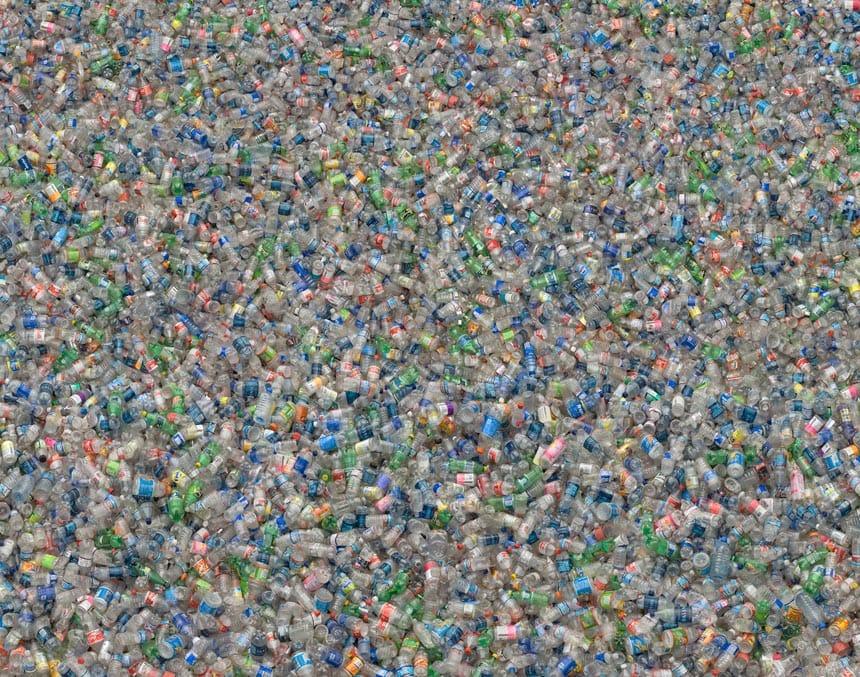 Bottiglie di plastica in cambio di buoni spesa: l'esperimento che piace