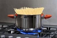 Acqua di cottura della pasta, ideale per lavare i piatti e innaffiare le piante