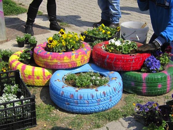 Per esempio vecchi pneumatici possono diventare simpatiche e colorate ...