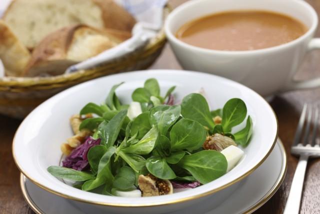Valeriana: tutti gli effetti benefici per la salute e la ricetta per una gustosa vellutata