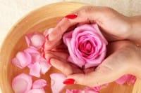 Tonico all'acqua di rose fai da te per una pelle perfetta