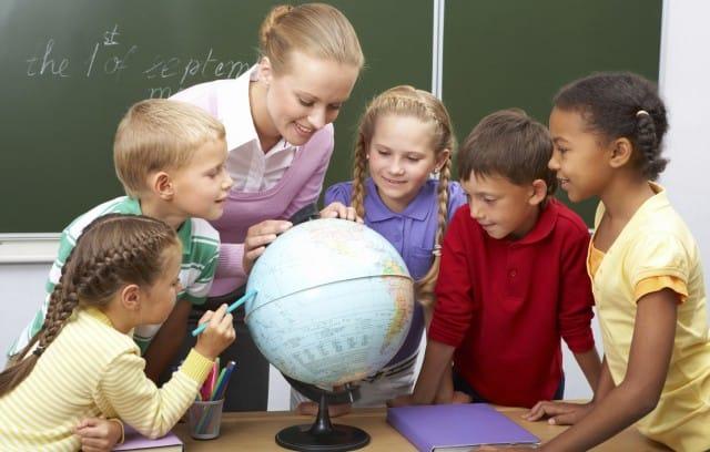 Bambini a scuola a 5 anni e mezzo: i pro e i contro