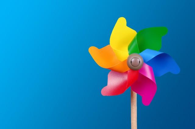 Giochi per bambini: la girandola fai da te realizzata con il riciclo di plastica e carta (Foto)