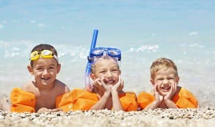 Bambini al mare: i consigli per un bagno in piena sicurezza