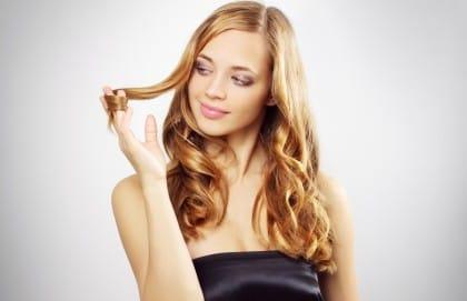 Come curare i capelli in estate: i consigli e i rimedi naturali