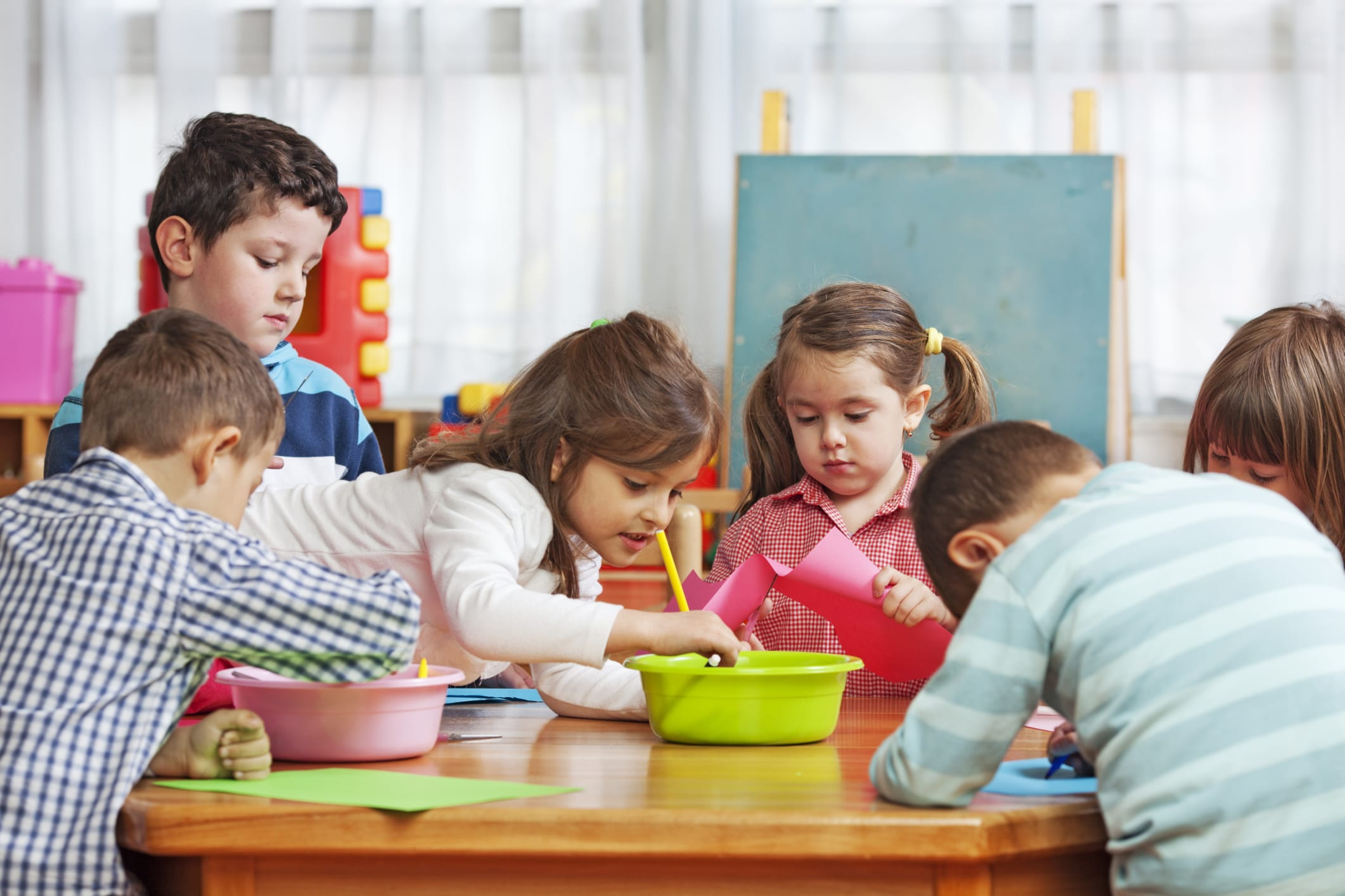 Aria pulita in classe: secondo una ricerca aprire le finestre riduce assenze malattie studenti
