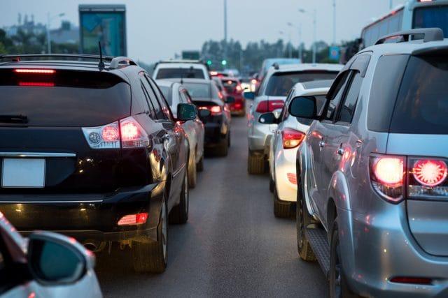 Veleni in città: usiamo troppo l'auto. Ma per cambiare non si può aspettare un'ora un autobus