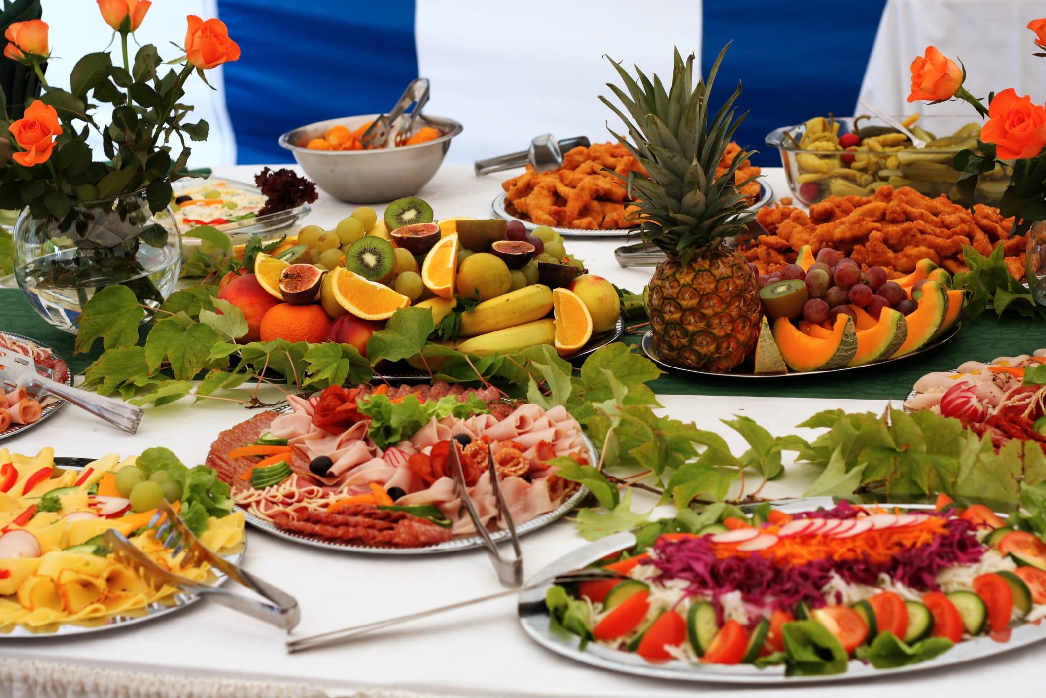 Come organizzare l'aperitivo in casa. I cibi e le bevande da offrire in allegria