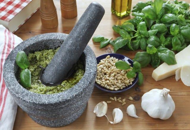 Pesto alla genovese, tutti i segreti della ricetta per prepararlo in casa