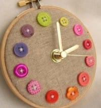 Orologio fai da te decorato con vecchi bottoni