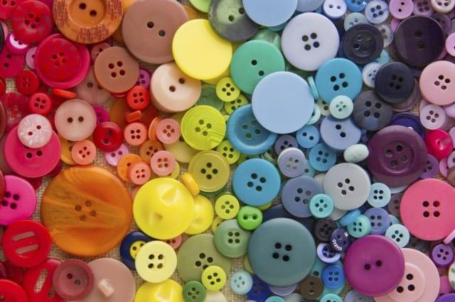 Riciclo creativo dei bottoni: tante idee, dalla tenda per la casa ai gioielli colorati | Foto