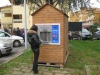 I cittadini si servono ai chioschi dell'acqua e risparmiano