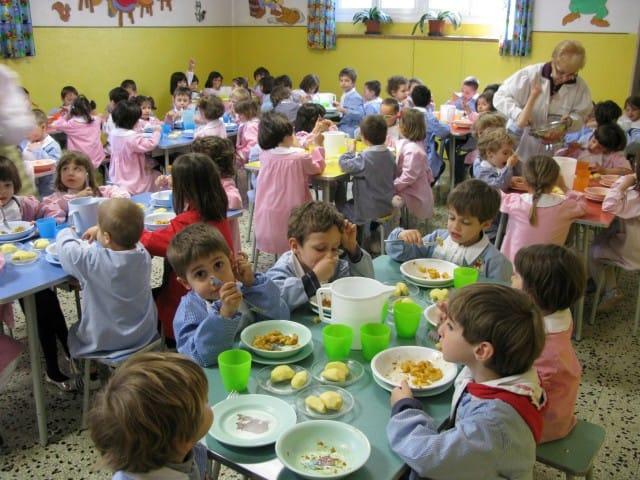 Piatti di plastica nelle mense scolastiche, addio: le iniziative da Vicenza a Napoli