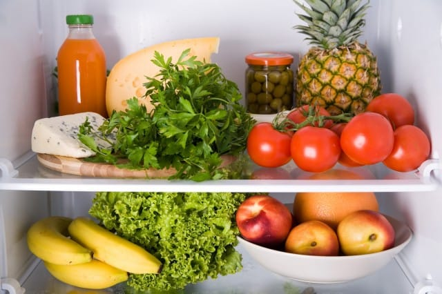 Cattivi odori del frigorifero: come eliminarli con aceto, bicarbonato, caffè e limone