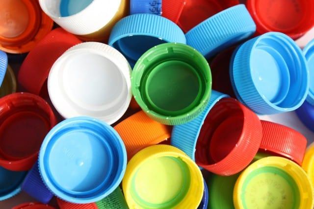 Riciclo creativo dei tappi di plastica: si trasformano addirittura in opere d'arte (foto)