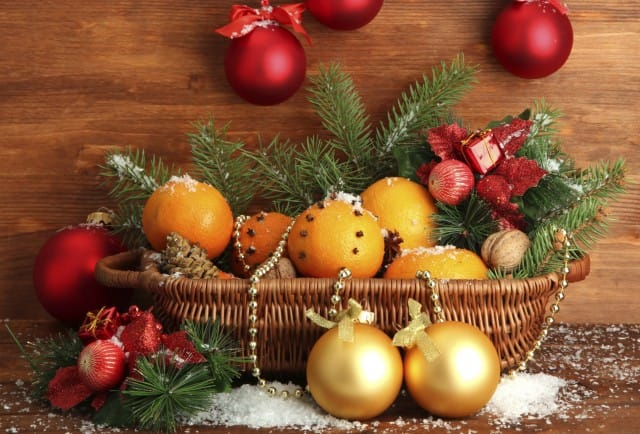 Decorazioni natalizie fai da te per l'albero con arance, cannella e chiodi di garofano | Foto