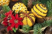 Arance decorate con chiodi di garofano