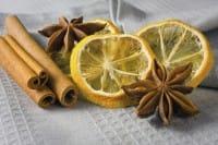 Stecche di cannella e limoni