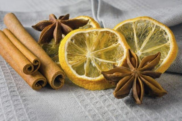 Stecche di cannella e limoni non sprecare for Decorazioni albero di natale fai da te