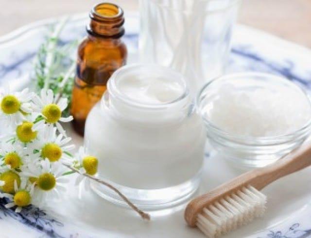Latte detergente fai da te a base di camomilla: l'ideale per chi ha la pelle sensibile