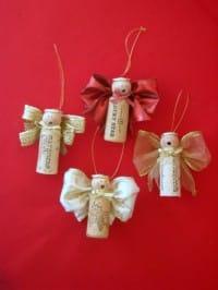 Addobbi natalizia fai da te realizzati attraverso il recupero dei tappi di sughero