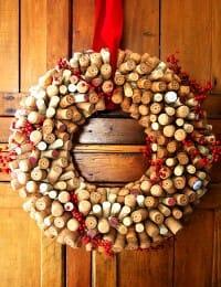Ghirlanda natalizia realizzata con tappi di sughero