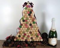 Curioso albero di Natale realizzato con i tappi di sughero