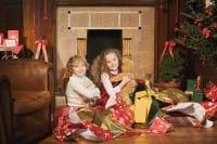 Bambini e regali sotto l'albero