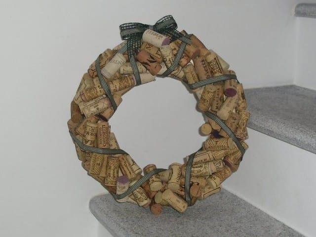 Ghirlanda con i tappi di sughero non sprecare - Ghirlanda natalizia per porta fai da te ...