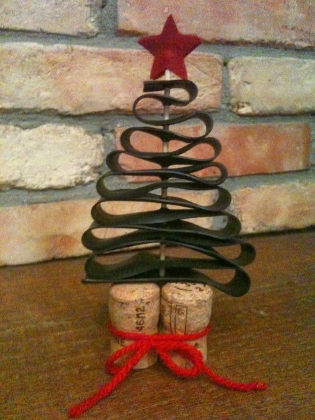 Segnaposto natalizi con tappi di sughero l 39 albero di natale foto non sprecare - Decorazioni di natale con materiale riciclato ...