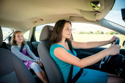 Mamme al volante, guidano in media per 6 ore e 43 minuti alla settimana (video)
