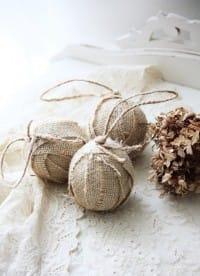 Riciclo creativo juta: palline per l'albero di Natale