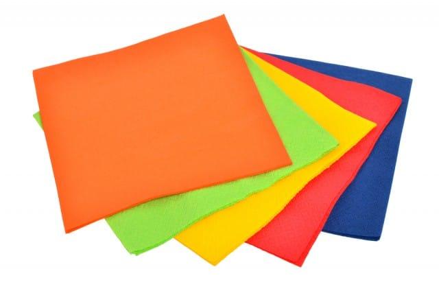 Tovaglioli di carta: come riutilizzarli per le pulizie di casa e non solo. Diventano creazioni originali (Foto)