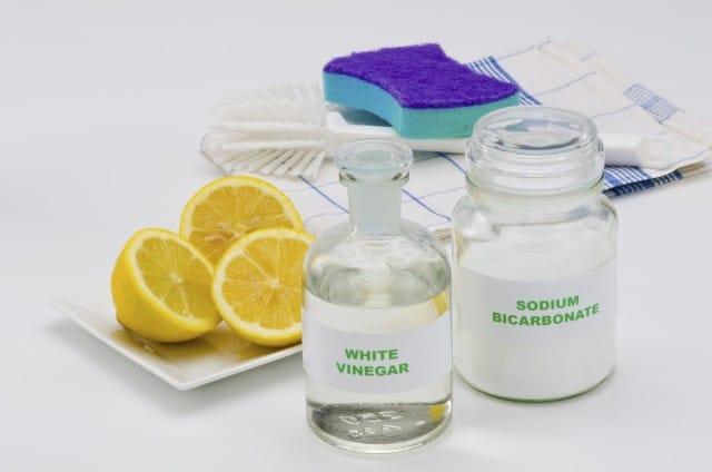 Pulire con prodotti naturali: l'aceto in casa, in cosmetica e in lavatrice